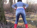 Amateurvideo Piss in engen Jeans, Jeansjacke und roten Gummistiefeln von bondageangel