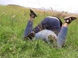 Amateurvideo Jeans im Gras rollen von bondageangel