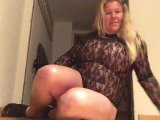 Amateurvideo Bombshell in Holzclogs von KimVanDyke