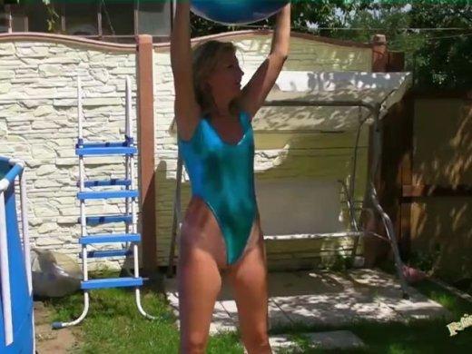 Gymnastik auf dem Fitness Ball im Garten