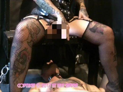 Amateurvideo Domina Lady Vampira benutzt ihren Toilettensklaven im Rubber von LadyVampira
