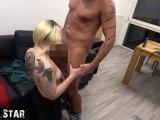 Amateurvideo Ehefrau bläst fremden Schwanz und kriegt Sperma in die Haar von AndyStar