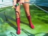 Amateurvideo Pool sauber machen in Gummistiefel und Badeanzug from sexyalina