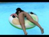 Amateurvideo July mit Analplug im Pool from josieandjuly